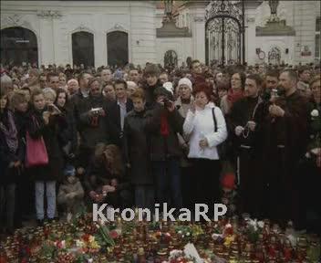 10 kwietnia 2010 - ludzie oddają hołd ofiarom katastrofy